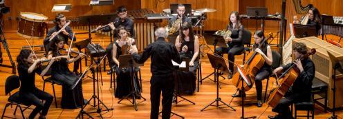 Sinfonietta. Sonar separados..., sonar juntos